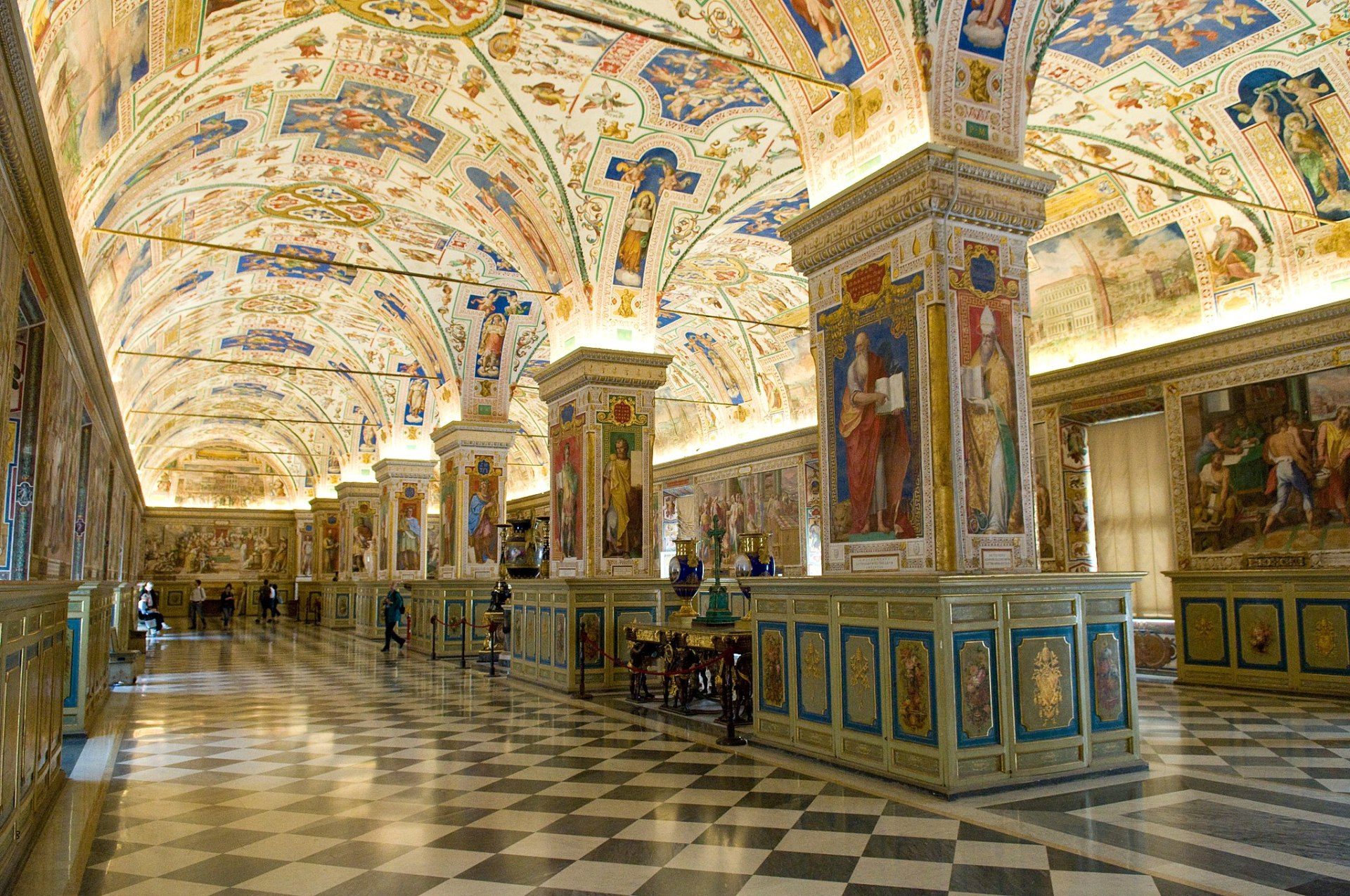 2048px-The_Sistine_Hall_of_the_Vatican_Library_(2994335291)