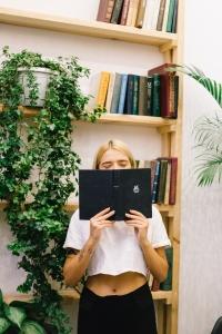 Карина Хилинская с книгами